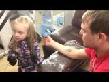 4-летняя петербурженка делает татуировку своему папе
