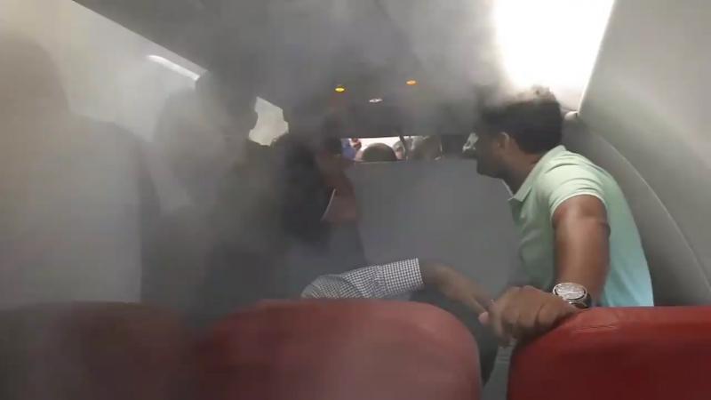В Индии пассажиров задержанного рейса без объяснений попросили покинуть самолет. Когда народ, из-за ливня снаружи,