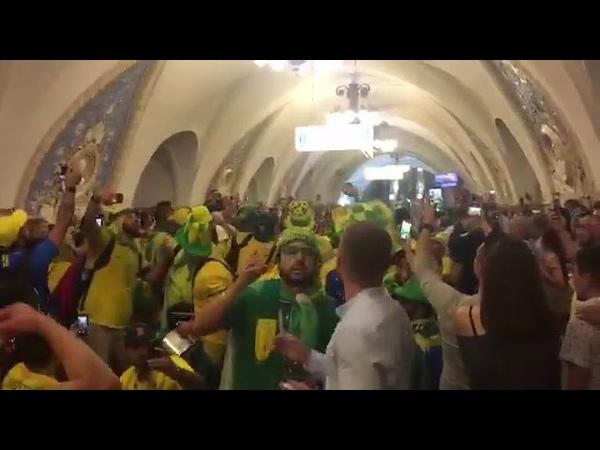 Фанаты Бразилии, торжествуют, поют песни и хулиганят в Московском метро.