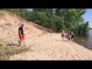Волонтеры убрали мусор, который остался после отдыхающих на пляже на Волге