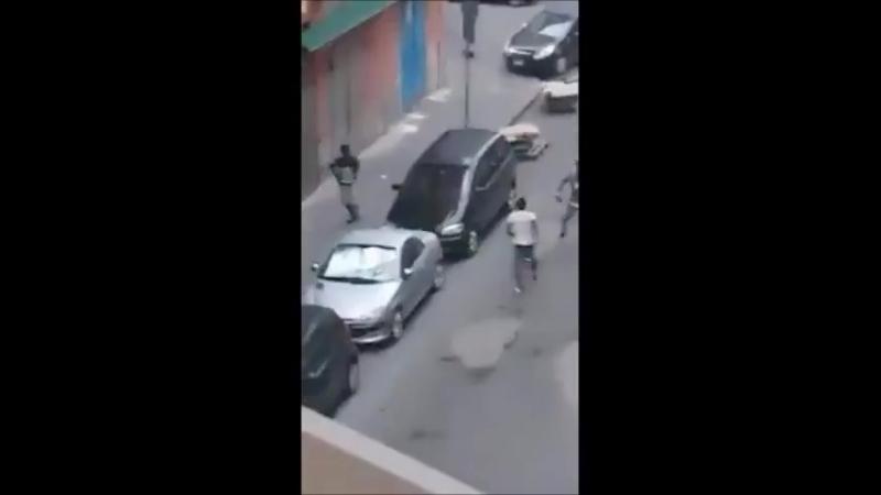 Italien - Neapel - Neger gehen mit Messern aufeinander los und terrorisieren die Anwohner