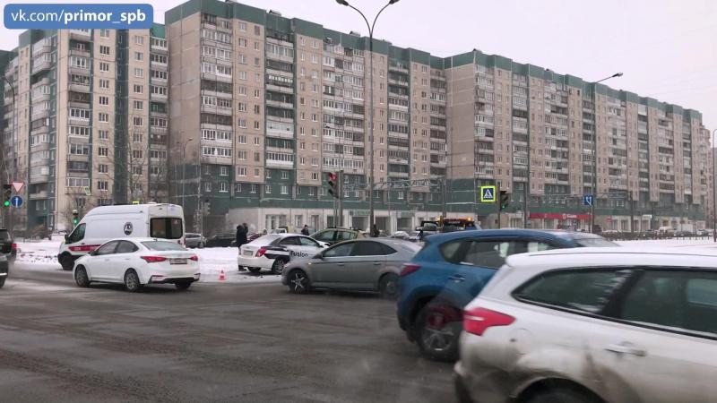 Серьезная авария произошла на перекрестке Богатырского пр и Планерной ул