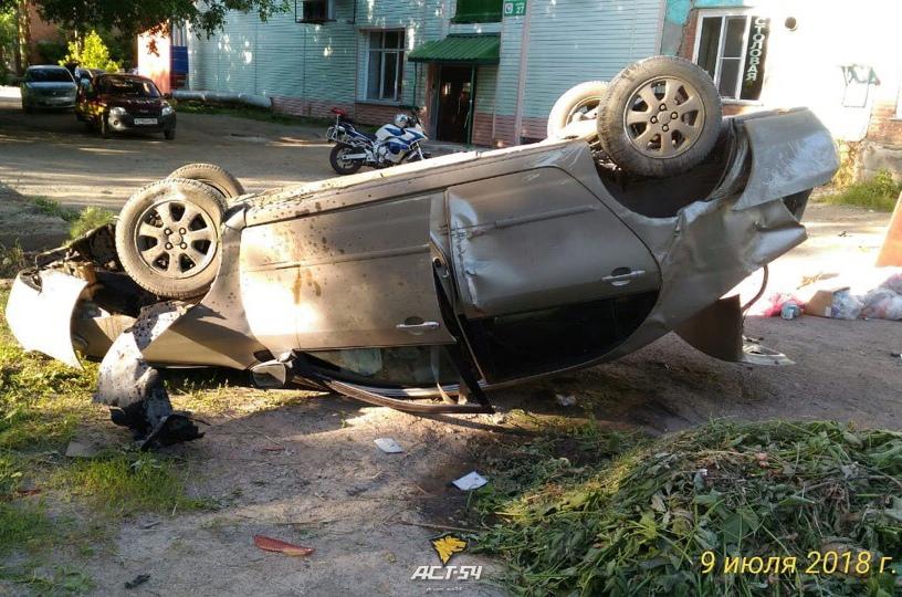 В Новосибирске после массового ДТП в промзоне перевернулась «Тойота»