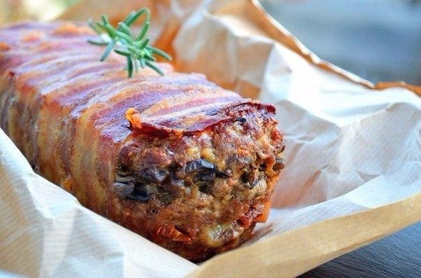слоёная мясная запеканка в бульоне ингредиенты: - фарш мясной свино-говяжий — 500 г - шампиньоны — 250–300 г - бекон нарезной — 200 г - лук — 1–2 шт. - моцарелла — 100 г - томаты вяленые в масле