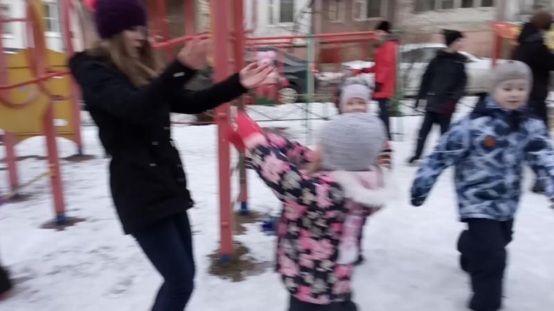 Дети закатали ведущего...)