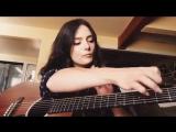 Девушка круто играет на гитаре (Amber Russell )