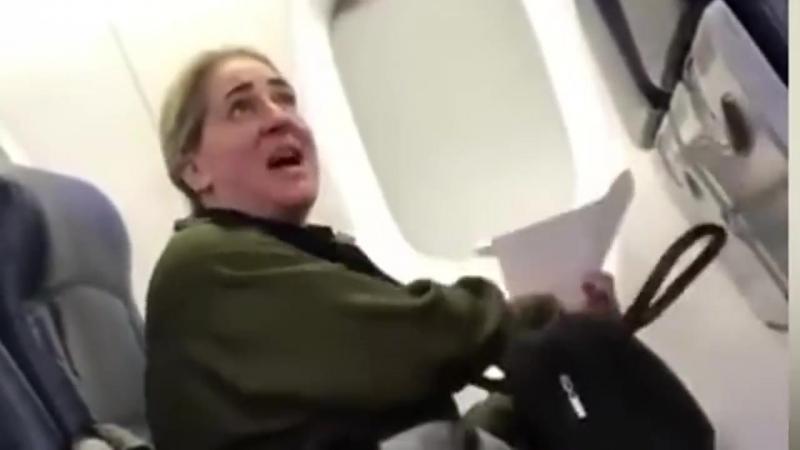 Авиапассажирку, требовавшую пересадить ее от плачущего ребенка, настигла мгновенная карма