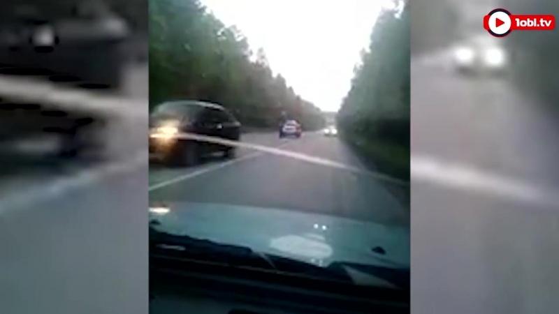 19-летний водитель-бесправник врезался в электроопору в Миассе.Видео Источник www.1obl.ru