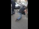Наркоман украл мусорный бак и тащит его в переход Киев метро Нивки