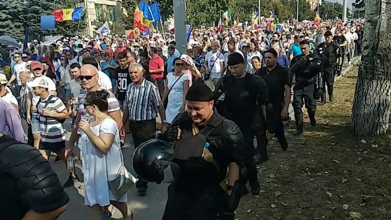 Молдавская полиция утром разогнала манифестантов, которыепочти сутки протестовали вцентре Кишинева