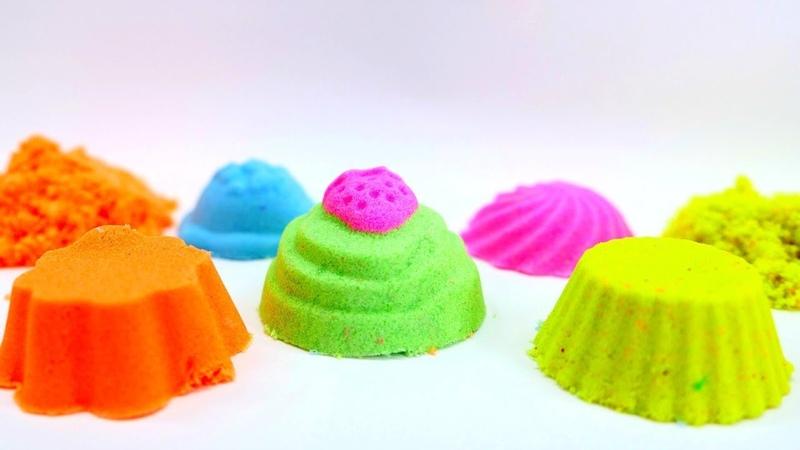 As cores para crianças. Fazendo bolinhos de areia colorida.