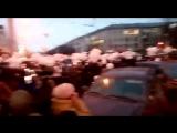 Возле зимней вишни запустили тысячи белых шаров в память о погибших детях в Кеме