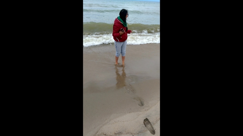 Настасья мочит ноги в Байкале