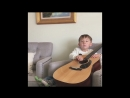 малыш чанёль играет на гитаре