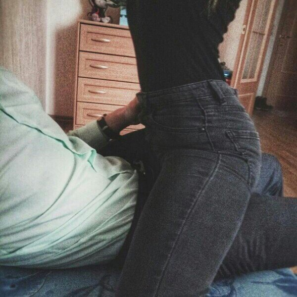 Трогать у девушку за задницу картинки видео