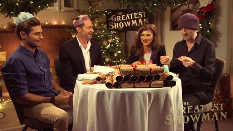 Звёзды фильма «Величайший шоумен» отвечают на вопросы из рождественских печенюшек