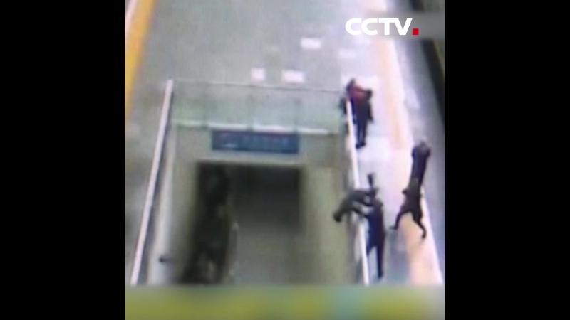 На станции города Циндао провинции Шаньдун дежурные полицейские спасли мужчину