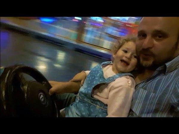 Babasıyla Çarpışan Oto Keyfi Yapan Küçük Kız