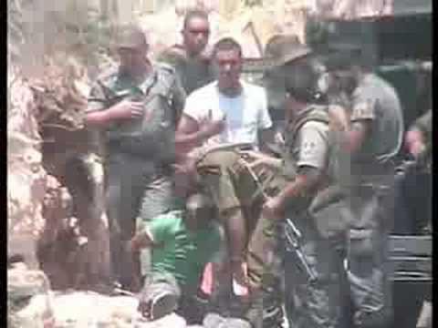 Un soldat israelien tire sur un palestinien