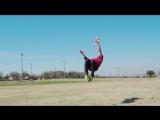 Чемпион мира по метанию бумерангов, Логан Бродбент, показывает кажущиеся невозможными трюки.