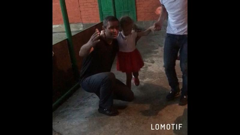 Малышку учат танцевать 😂❤️😂