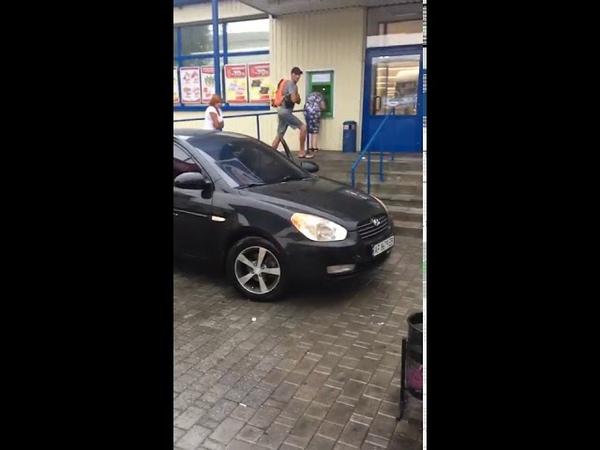 Нарушитель в Мелитополе катается по тротуару