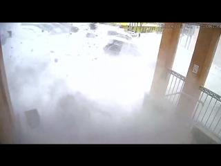 Лавина снега обрушилась на двух женщин и ребенка с крыши дома в Видяево