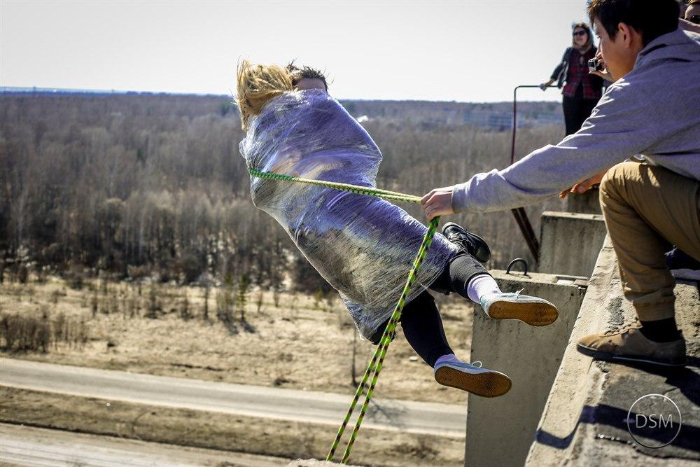 Мужчина и женщина получили серьезные травмы, прыгая с моста на веревке