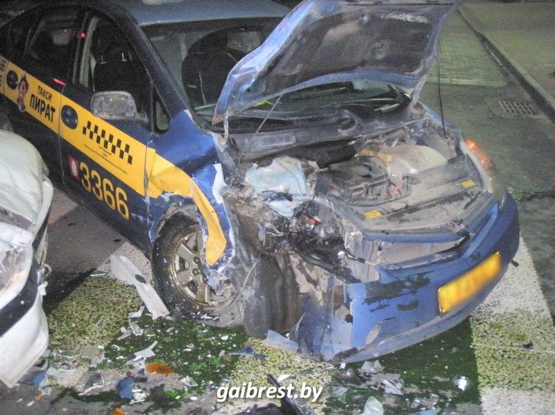 Брест: маневр левого поворота закончился аварией. Вся правда про ДТП с участием такси