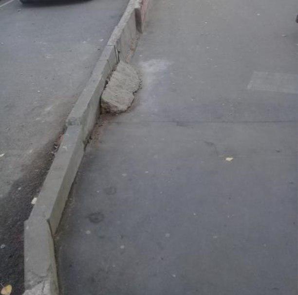 Дорожное ограждение отремонтировали на участке Стандартной улицы