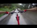 Скоростной спуск на велосипеде по заброшенной бобслейной трассе