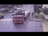 Грузовик без тормозов разгромил улицу и едва не сбил пешеходов в Геленджике