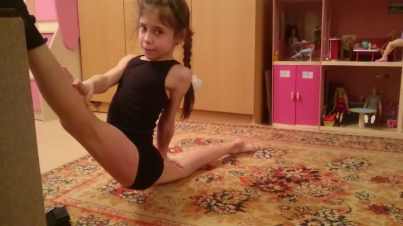 Леонова Софья 9 лет растяжка выше стула намного выше