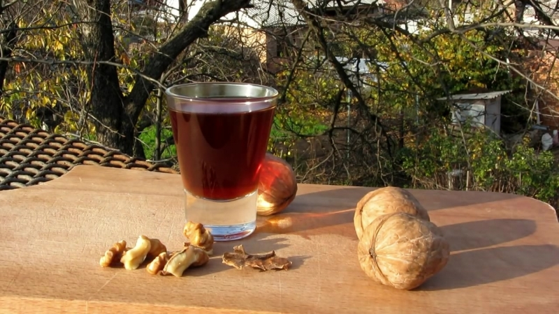 Настойка на перепонках грецкого ореха, рецепт с вишневым вареньем и медом