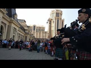 Кельтский оркестр волынок и барабанов на вокзале