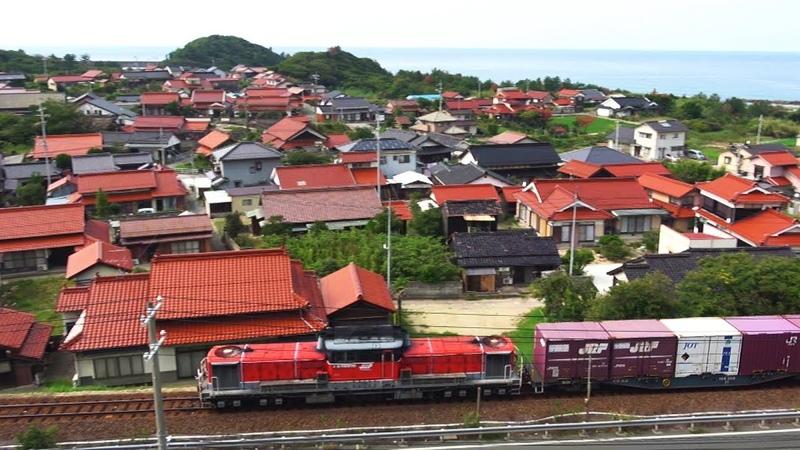 【鉄道のある風景】山陰本線迂回貨物列車 運行26日目 瓦の朱と馬の赤 (26-Sep-20