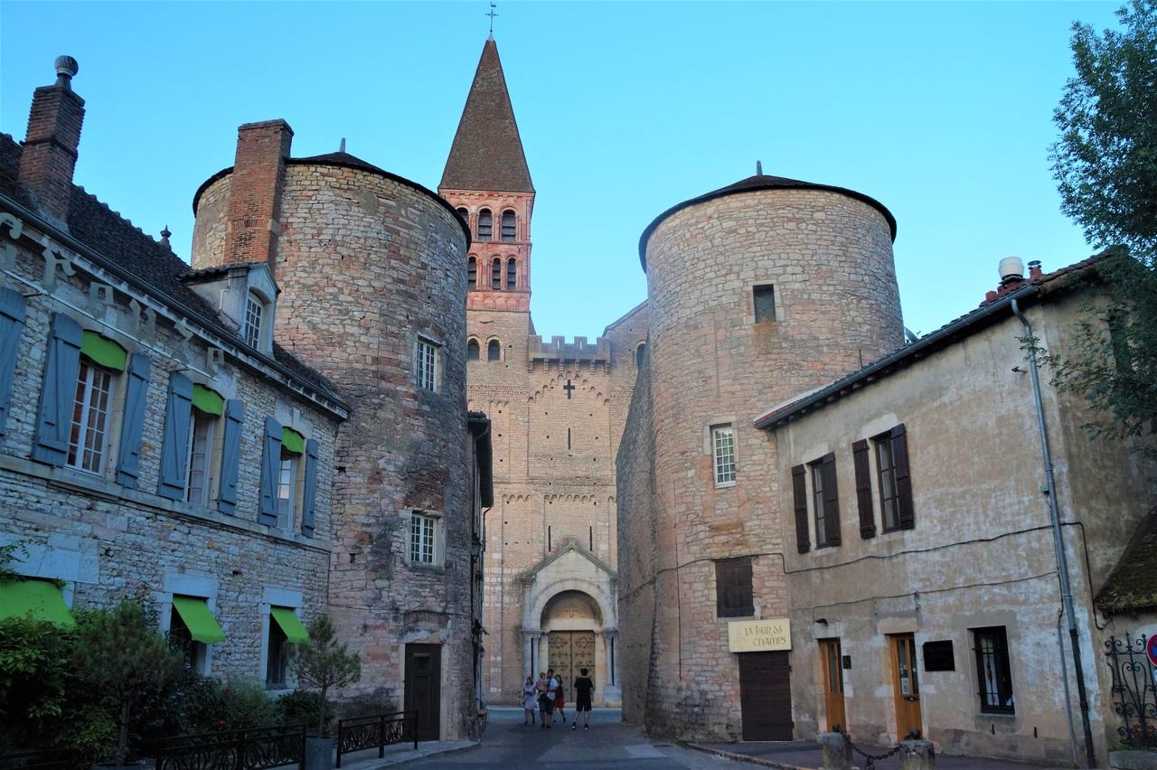 Прогулка по французском городку Турню в Бургундии