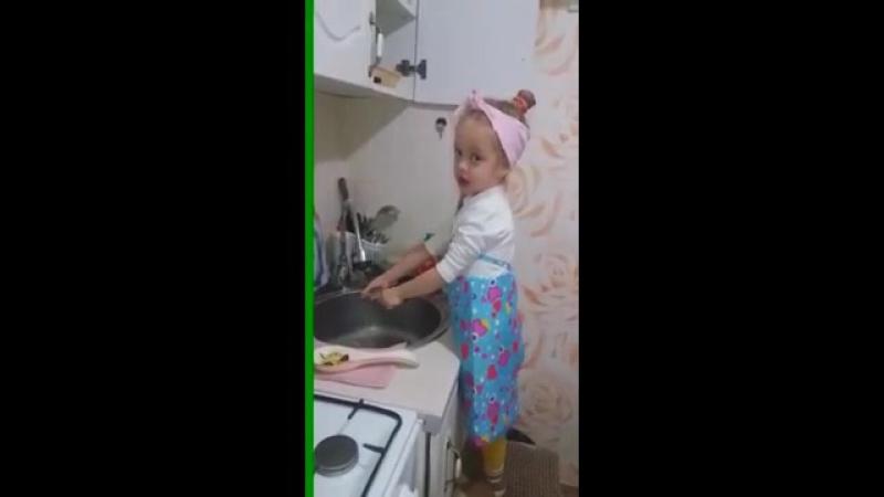 Девочка моет посуду.mp4