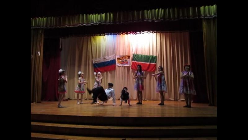 Танец Фонарики в исполнении учеников 3а класса и родителей.