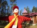 Самый молодой волонтер Серхио пред началом Фестиваля в д Раздолье под звонон колоколов