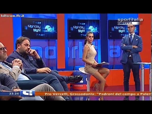 Silvia Caruso - minigonna cortissima a Monday Night 25-09-2017