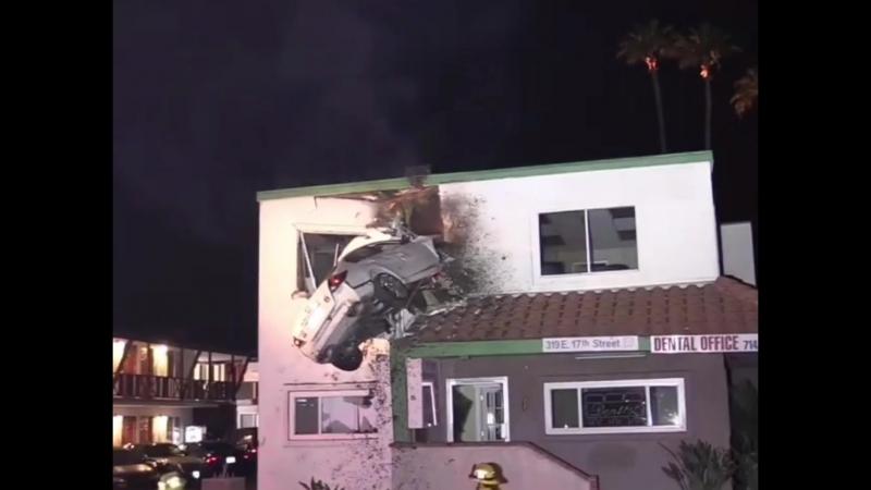 ДТП легковушка врезалась в 2 й этаж дома
