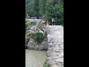 Смельчак прыгает в воду