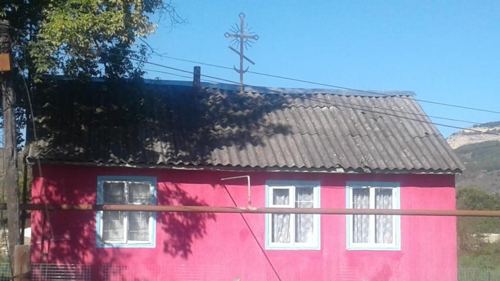 На молитвенном доме в Новоисправненском установили крест
