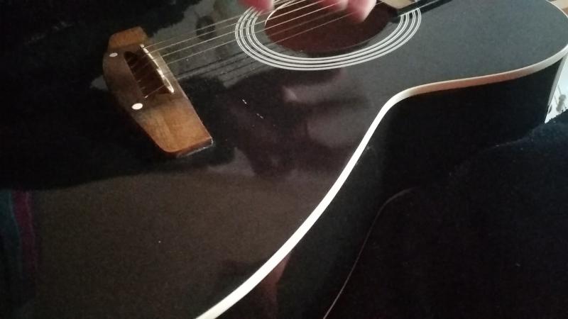 мой трунь на пробной гитаре.