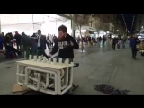 Австралийский уличный музыкант играет техно на канализационных трубах