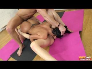 Yoga instructor Fucks two sexy Babes/Инструктор по йоге трахает двух сексуальных красотокPornoMandarinki18+