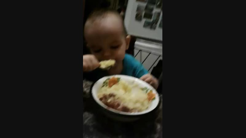 Пупсик кушает у бабушки.mp4