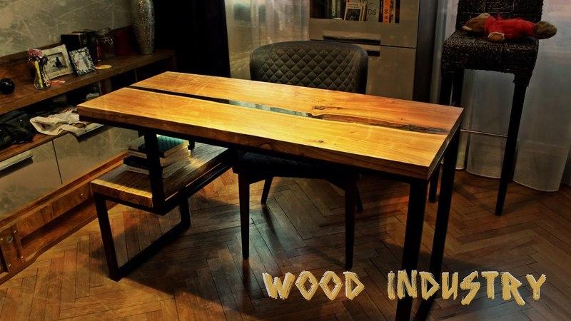 Рабочий стол река с полкой из массива дерева.