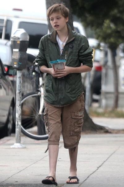 Шайло Джоли-Питт подогрела слухи о том, что хочет сменить пол Вчера днем папарацци подловили 12-летнюю Шайло Джоли-Питт во время похода по магазинам со своим телохранителем. Дочь Анджелины Джоли